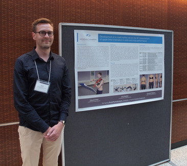 "Eduard Wolf während der Posterpräsentation ""Development of a Novel Marker Set for the 3-D Measurement of Upper Limb Kinematics in Violin and Viola Performance"""